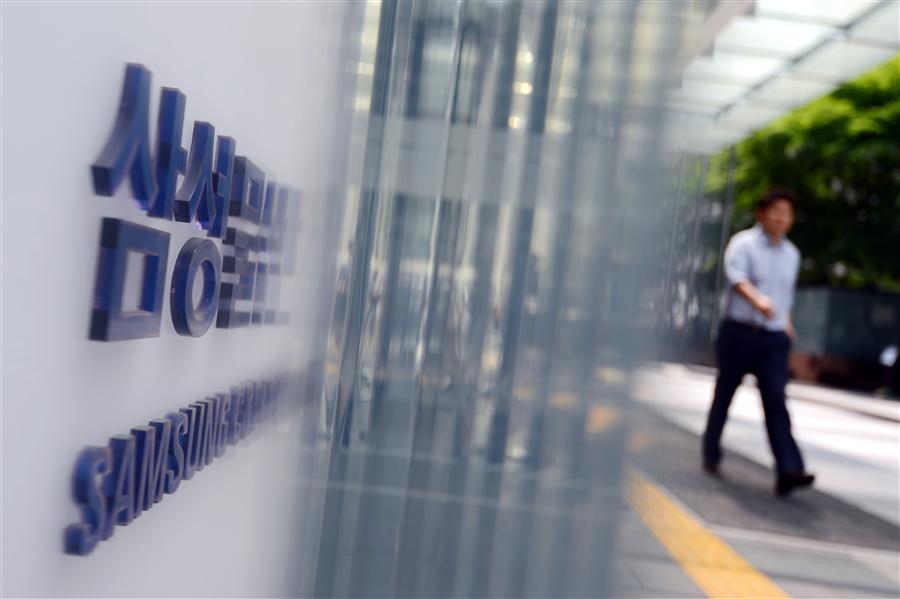 지난 2015년 삼성물산과 제일모직 합병에 제동을 걸고 나선 헤지펀드 엘리엇 매니지먼트와 삼성이 법적공방을 벌였다. 서울 서초구 삼성물산 본사 앞에 직원들이 오가고 있다. 사진/뉴시스