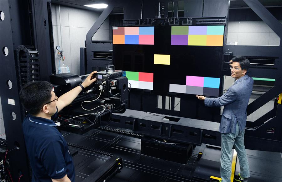 LG전자 연구원들이 화질 자동 측정 시스템을 통해 화질을 측정하고 있다. 사진/LG전자