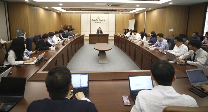 '드루킹 댓글조작 사건'을 수사할 허익범 특별검사가 12일 오후 서울 서초구 서울지방변호사회에서 열린 기자간담회에 참석해 취재진의 질문에 답하고 있다. 사진/뉴시스