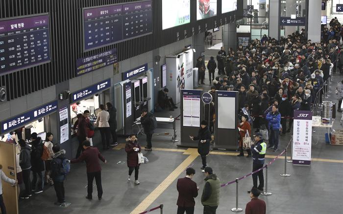 앞으로 고속철도 정기권 이용자는 좌석을 미리 지정할 수 있고 특정 구간의 승차 횟수도 자유롭게 선택할 수 있게 된다. 사진은 서울 강남구 수서역 승차권 판매 창구 앞에서 시민들이 열차표 현장예매를 위해 줄지어 서 있는 모습. 사진/뉴시스