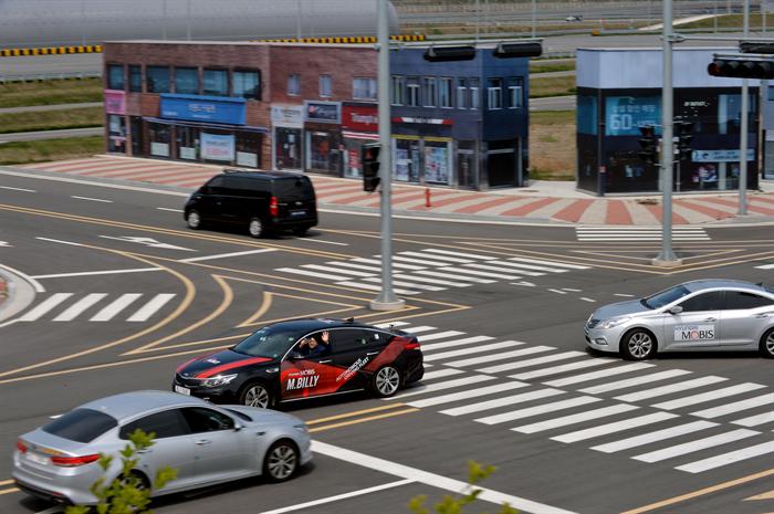 현대모비스 서산주행시험장 내 구현된 가상도시에서 자율주행시험차량인 엠빌리(M.BILLY)가 신호등의 신호를 받아 스스로 좌회전을 하고 있다. 사진/현대모비스