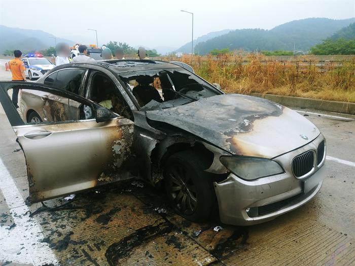 9일 오전 7시55분께 경남 사천시 곤양면 남해고속도로에서 2011년식 BMW 730LD 차량에서 차량결함(배기가스 재순환 장치 결함)으로 추정되는 화재가 발생해 차량이 전소됐다.  사진/뉴시스