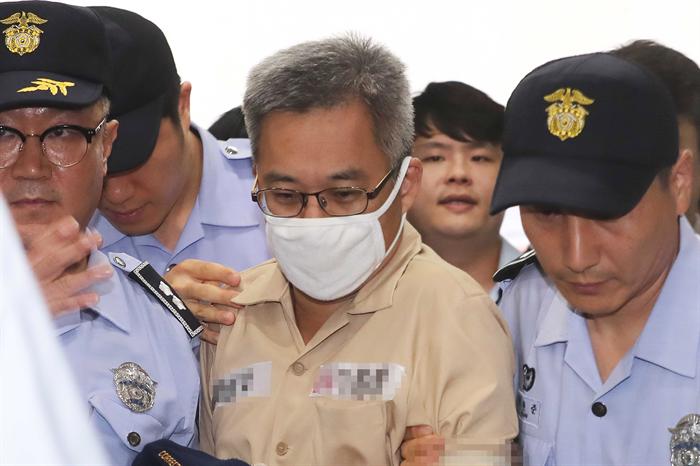 댓글조작 의혹 관련 혐의를 받고 있는 '드루킹' 김모씨가 9일 오후 서울 서초구 허익범 특검 사무실로 소환되고 있다. 사진/뉴시스