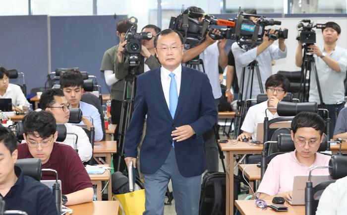 '드루킹 댓글 조작 의혹'사건을 수사하는 허익범 특별검사팀(특검팀)의 박상융 특검보가 22일 오후 서울 서초구의 특검 기자실 수사 기간 연장과 관련한 브리핑을 위해 들어오고 있다. 사진/뉴시스