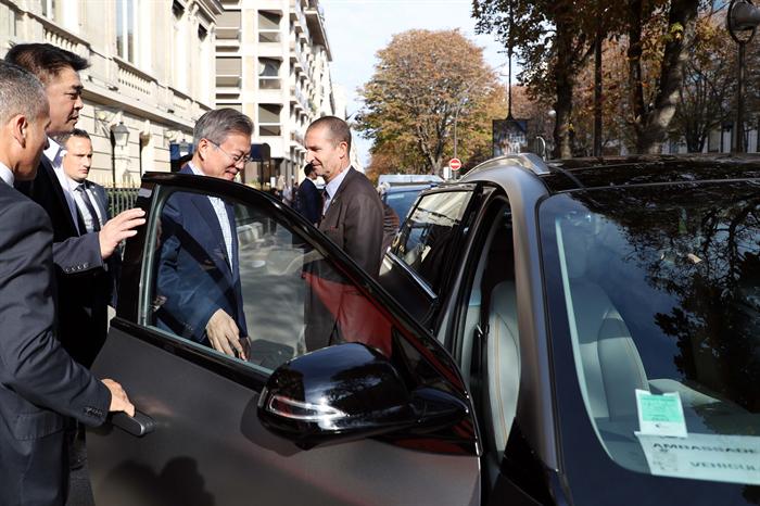 문재인 대통령이 지난 14일(현지시간) 파리 중심가에서 현대자동차가 수출한 '넥쏘' 수소 전기차에 탑승하고 있다. 사진/뉴시스