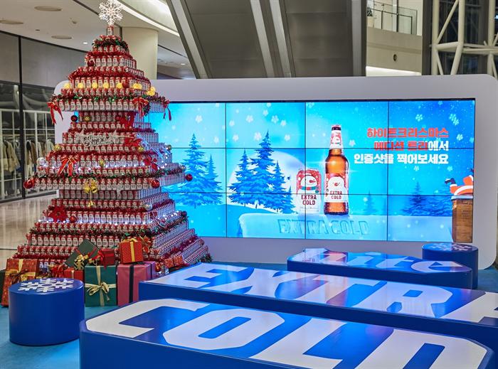 영등포 타임스퀘어에 설치된 하이트 크리스마스 에디션 캔트리. 사진/하이트진로