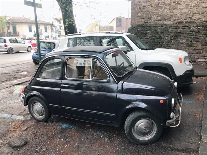 이탈리아 피렌체 주차장에 서 있는 클래식카. 사진/김지영 기자