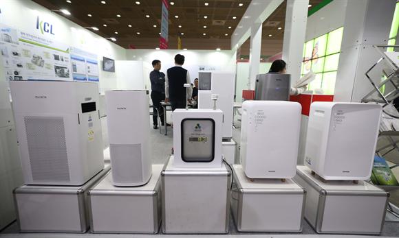 25일 서울 강남구 코엑스에서 열린 2019 에어페어-미세먼지 및 공기산업 박람회에서 공기청정기 제품이 전시되고 있다. 사진/뉴시스