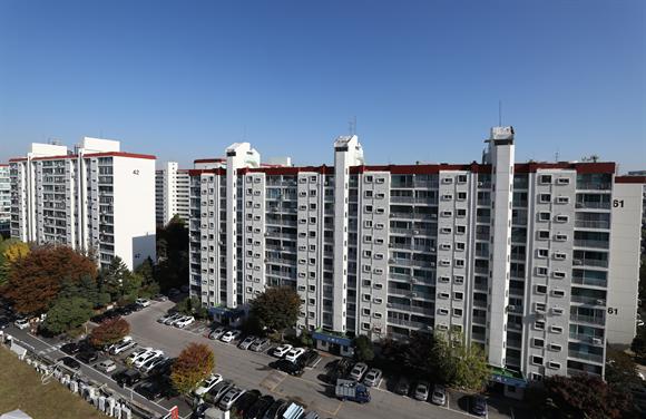 지난 8일 오후 서울 압구정 한양 4차, 6차 아파트의 모습. 사진/뉴시스