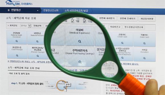 서울의 한 사무실에서 직원이 국세청 연말정산 간소화서비스를 이용해 연말정산을 하고 있다.사진/뉴시스