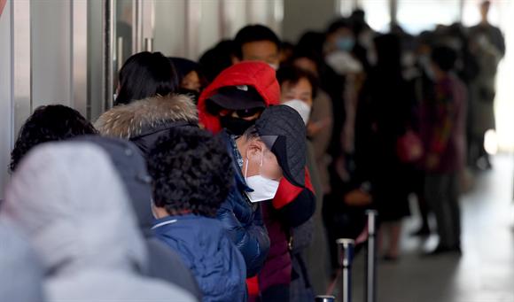 코로나19 여파로 보건용 마스크 수급이 원활치 않은 가운데 시민들이 지난 4일 광주 북구 모 잡화점에서 마스크를 구매하려고 줄을 서 있다. 사진/뉴시스
