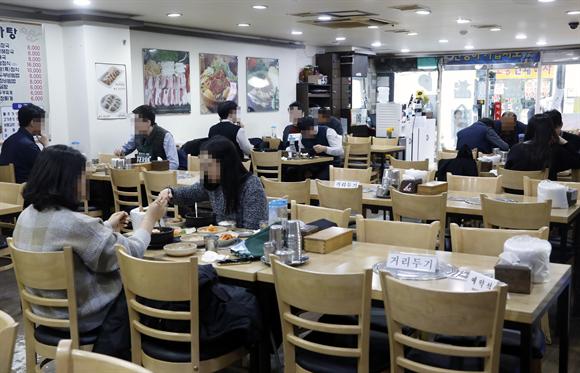작년 12월24일 서울의 한 식당에서 시민들이 점심식사를 하고 있다. 사진/뉴시스